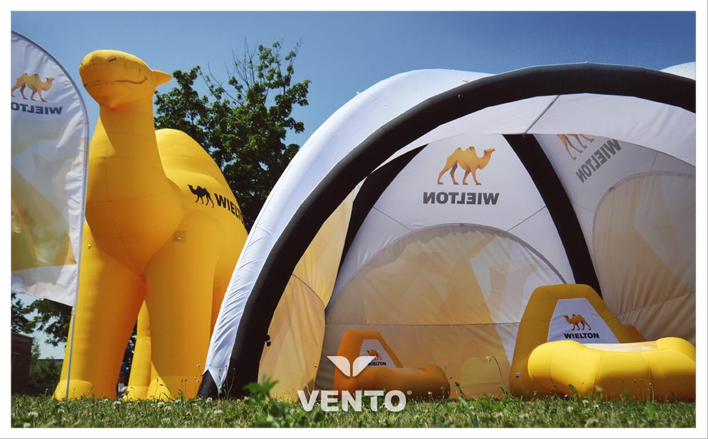 Strefa chillout pod namiotem VENTO z dmuchanymi fotelami. Balon nietypowy - wielbłąd.