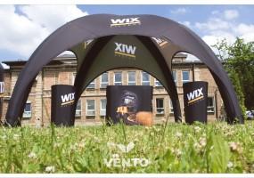 Stolik eventowy, lada promocyjna oraz stałociśnieniowy namiot reklamowy markie VENTO.