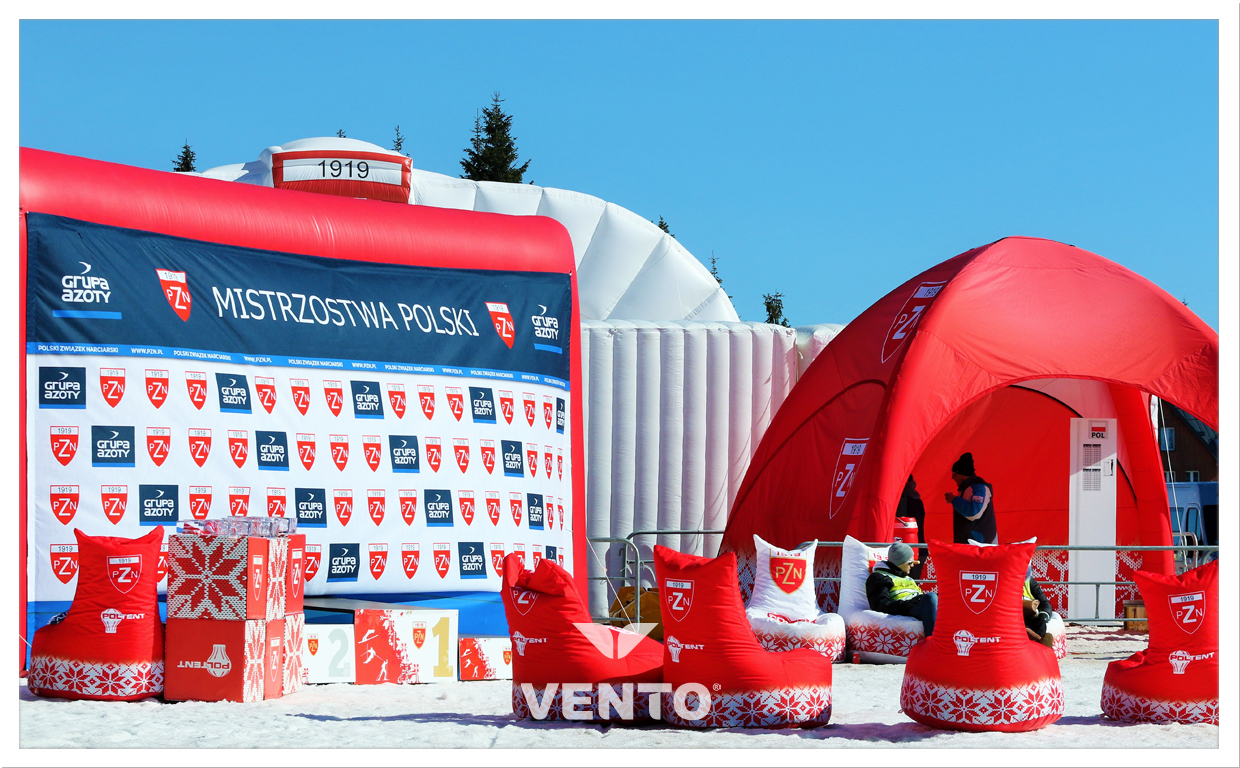 VENTO tent, comfortable poufs and gate with advertising net during competitions.