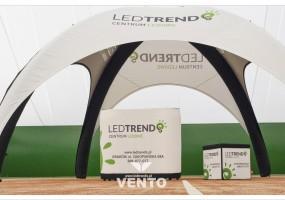 Stoisko składające się z nowoczesnego namiotu VENTO®, lady wystawienniczej VENTO® oraz składanej kostki reklamowej.