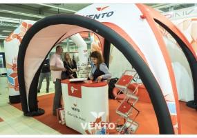 Stoisko reklamowe z brandingiem: namiot oraz lada reklamowa VENTO®